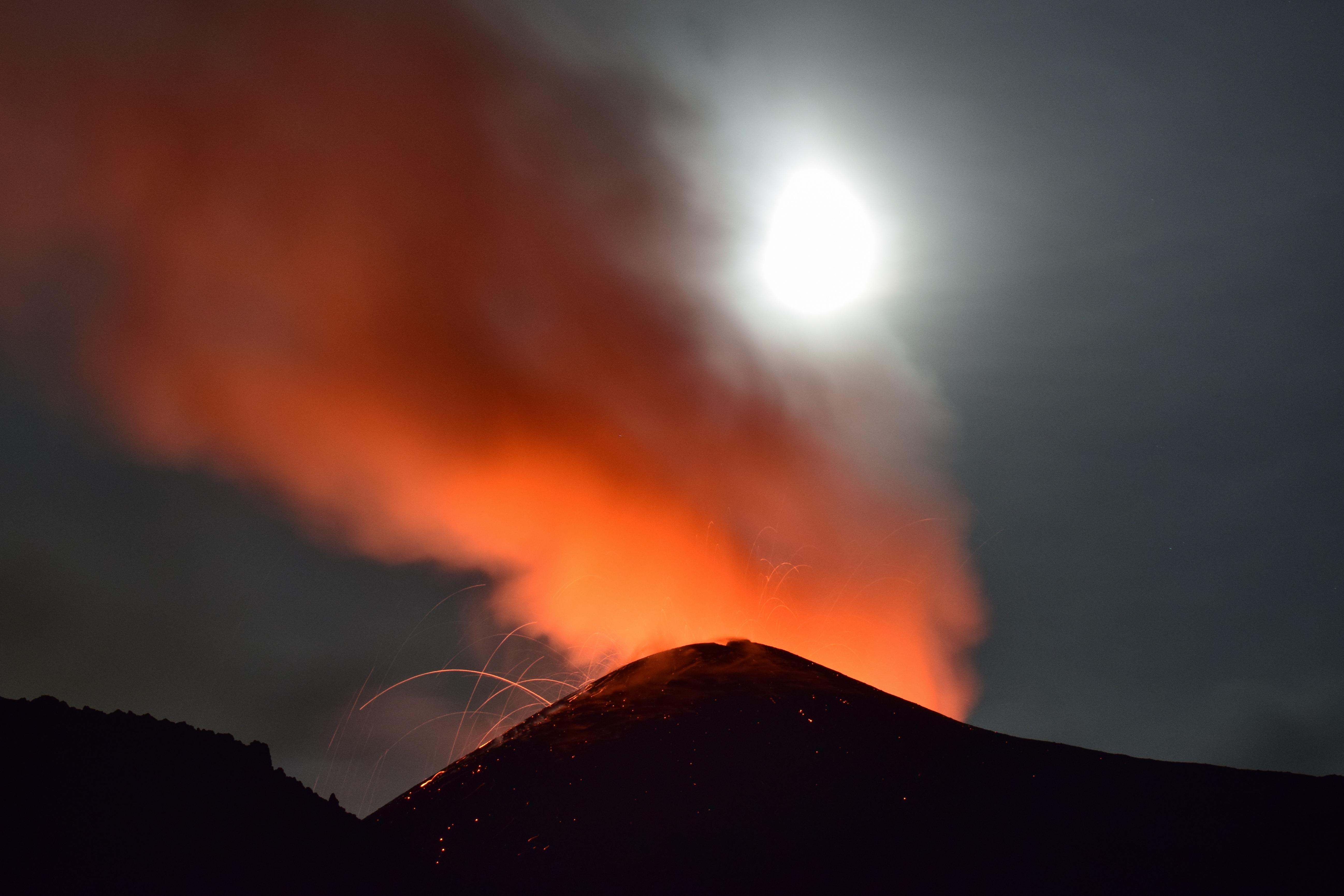 Foto Eruzione crateri vulcanici Etna
