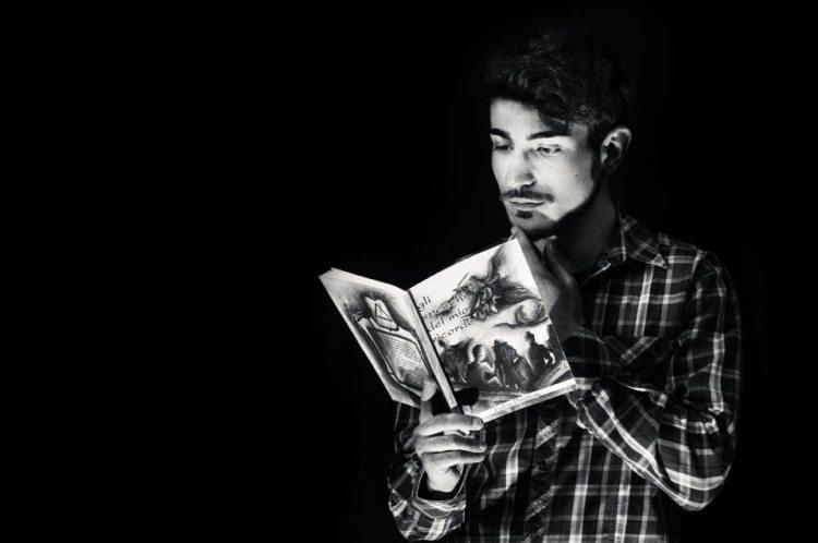 Ragazzo che legge libro