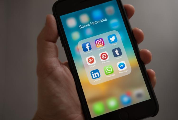 Smartphone che mostra icone dei social network